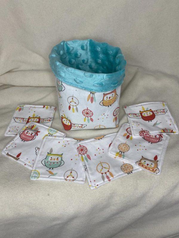 tissu blanc avec dessins de chouettes coloré et attrape reve avec minky bleu a l'intérieur